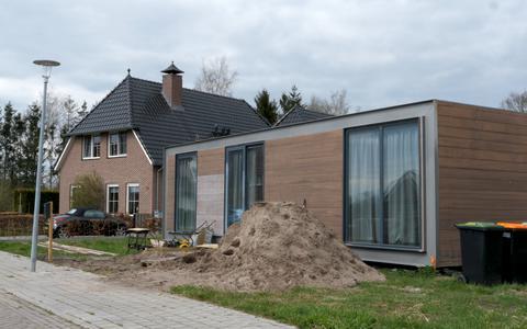 Dit is het tiny house tussen de luxe villa's in Dalerpeel. 'De postbode kwam bij mij aan de deur omdat ze dacht dat het echte huis nog gebouwd moest worden'