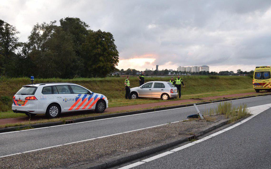 Automobilist gewond bij botsing met paal in Hoogkerk.
