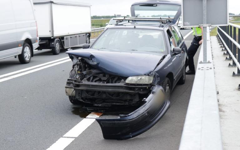 Automobilist gewond bij botsing tegen brug op N33 bij Zuidbroek.