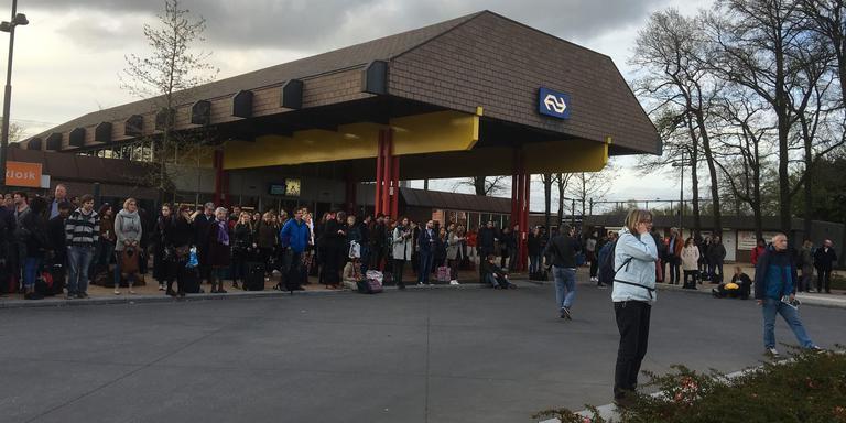 Reizigers wachten op station Hoogeveen op de bussen. FOTO DVHN