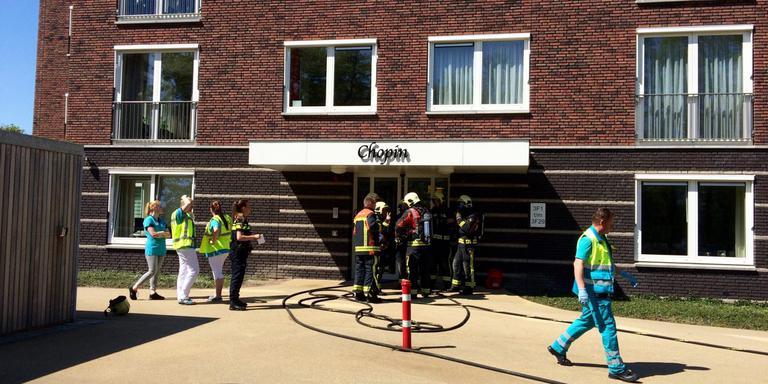 Brandweerlieden ontruimen het pand. FOTO DVHN