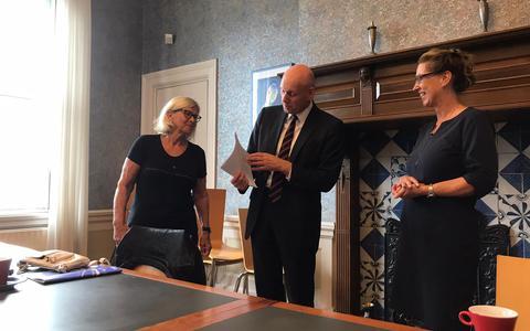 De overhandiging van de petitie. Omwonenden van het Beneden Oosterdiep in Veendam tekenden die omdat zij zich zorgen maken om de vele hardrijders in de straat. Van links naar rechts Tineke Albers, wethouder Bert Wierenga en Jeannette Kruizinga.