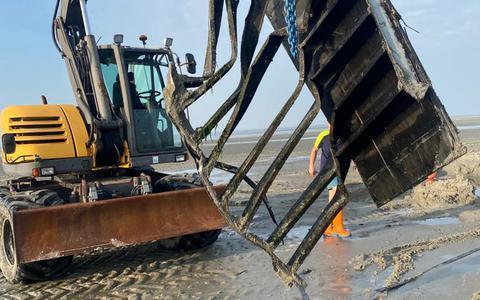 Een containerdeel van de MSC Zoe wordt verwijderd van de zandplaat.