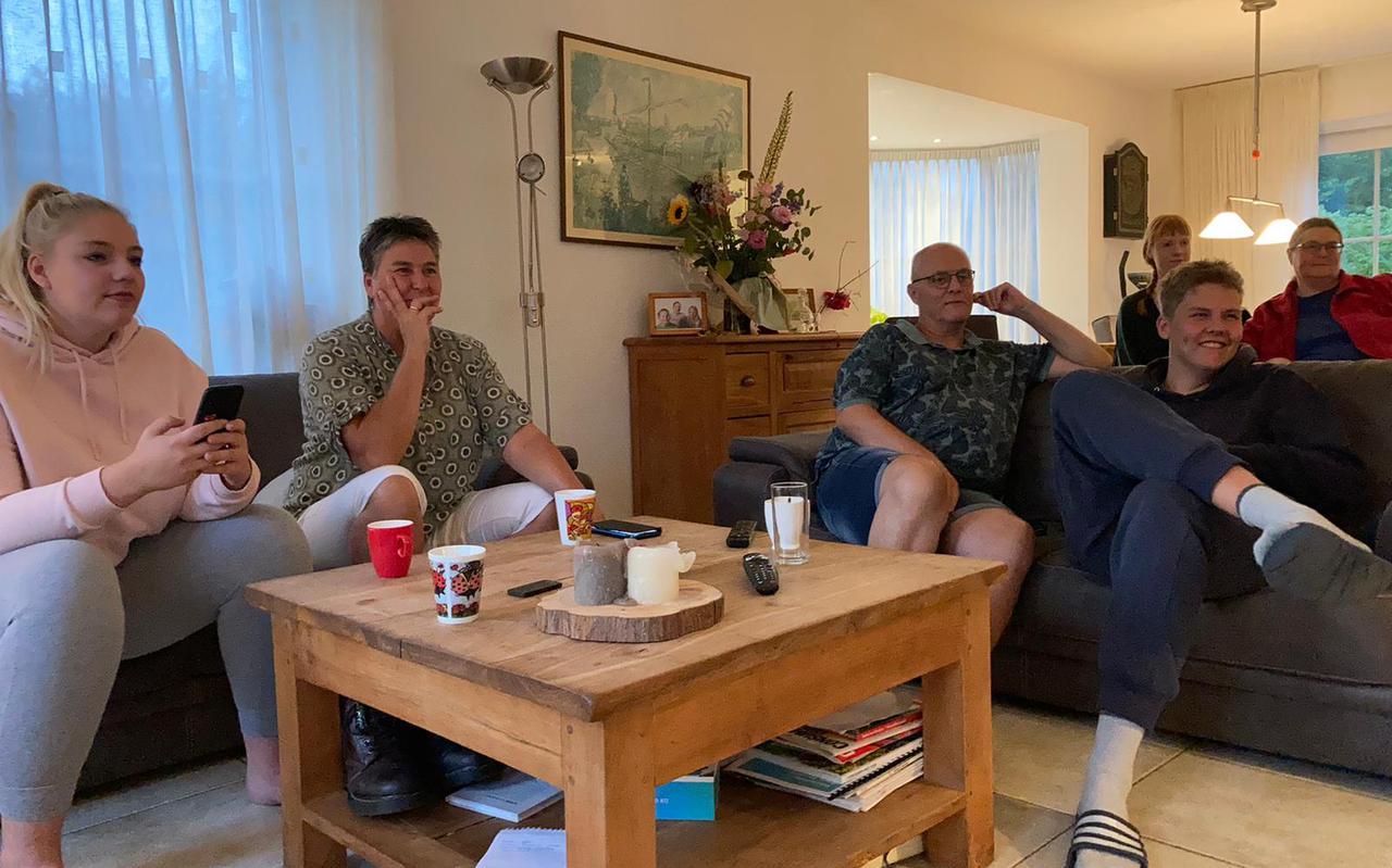 Gespannen en grappen voor de tv. Zus Maaike, moeder Janneke, vader Ron en broer Lars Stam