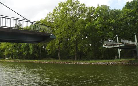 Opnieuw ramt een schipper een brug over een belangrijke Nederlands-Duitse vaarroute: miljoenen euro's schade