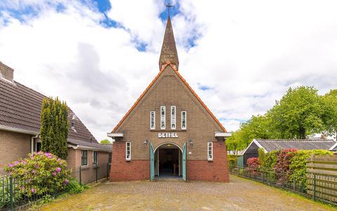 Deze kerk in Valthe is te koop. Als je erin wilt wonen, moet je wel eerst met de gemeente in conclaaf