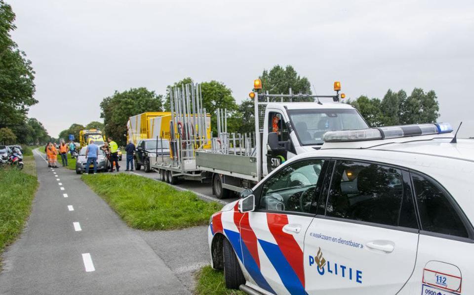 Plaatsen verkeersbord langs weg leidt tot kop-staartbotsing bij Niezijl.