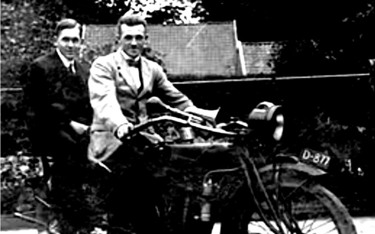 Lokale held Willem Rossingh uit Borger reed ook mee op zijn Norton, maar haalde de finish niet.
