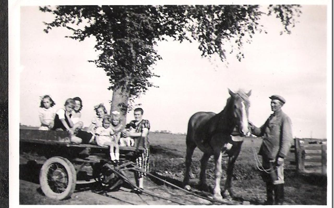 Jakob Mulder met zijn kinderen en enkele kinderen uit het westen die bij het boerengezin komen aansterken. De foto is waarschijnlijk in 1947 gemaakt.