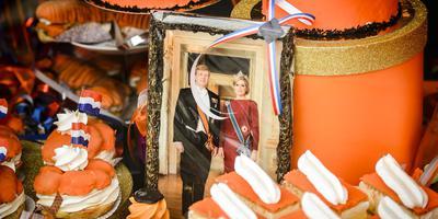 Versierde etalages in aanloop naar Koningsdag. FOTO ANP / REMKO DE WAAL