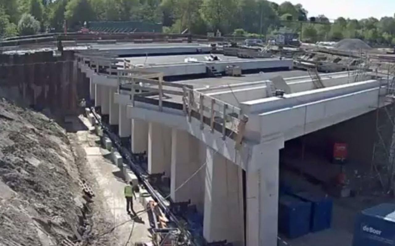 De plaatsing onder het spoor van de Helperzoomtunnel  mislukte eerder dit jaar door een verzakking. Foto: Archief DvhN