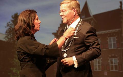 Link krijgt de ambtsketen omgehangen door zijn partner Caroline Reijnaerts.