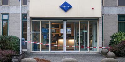 Een lint is voor het politiebureau gespannen. Foto: ProNews