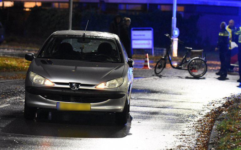 Fietser op elektrische driewieler raakt gewond bij botsing met auto in Emmen.