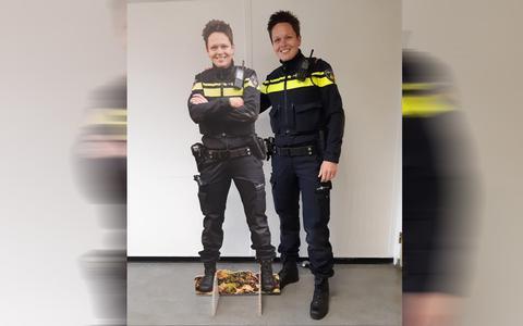 Kartonnen replica van wijkagent in winkels in Oosterparkwijk in Groningen. 'We hopen dat mijn replica dieven afschrikt'