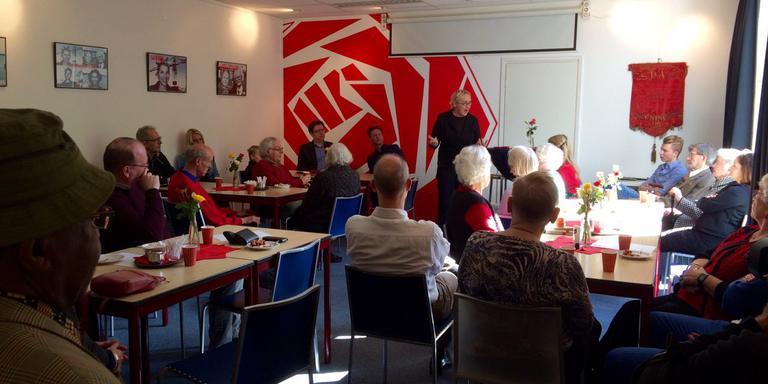 Lutz Jacobi tijdens de 1 Mei-viering in het partijpand van de PvdA.