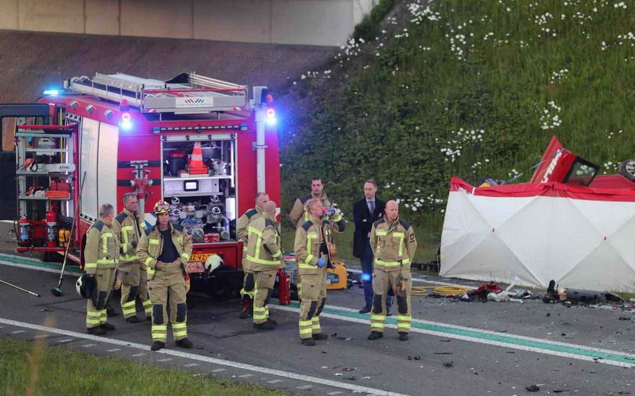 Burgemeester Jan Seton van de gemeente Borger-Odoorn (donkerblauw pak) bezocht gisteravond de brandweermannen