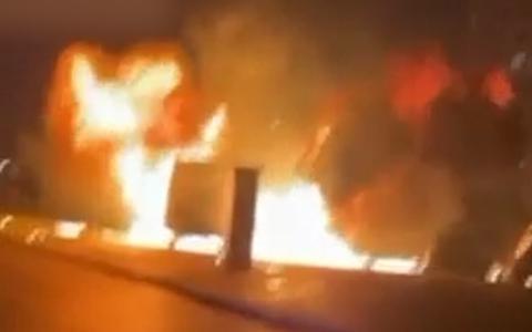 Deze fietser in Groningen ontkomt ternauwernood aan explosie onder bestelbusje aan Curaçaostraat