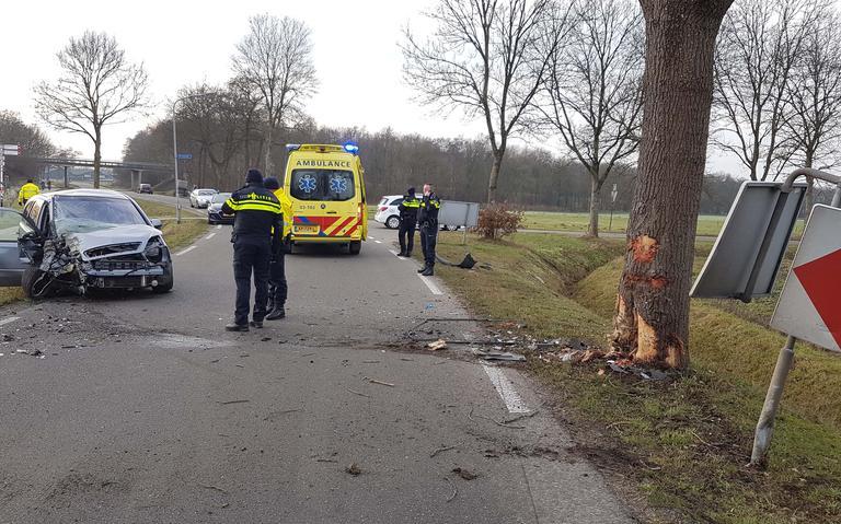 Automobilist gewond na botsing tegen boom in Westerbork.