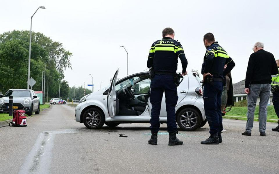 Auto belandt op zijn kant bij aanrijding in Farmsum.