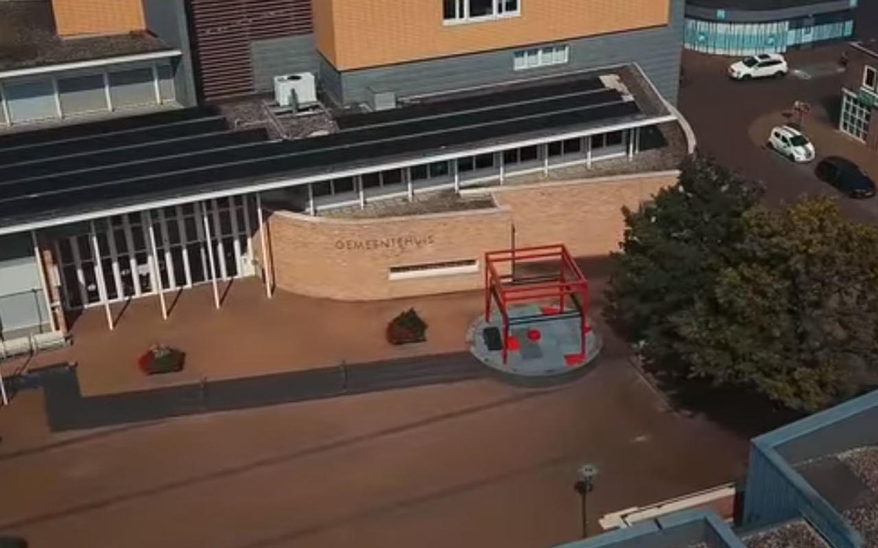 Het gemeentehuis vanuit de lucht.