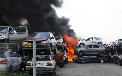 Grote brand bij autosloper in Hoogeveen: roetdeeltjes verspreid tot de stoep van inwoners Tiendeveen