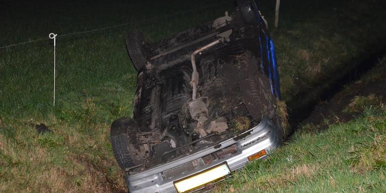 De auto belandde op de kop in de sloot (nummerbord is onherkenbaar gemaakt)