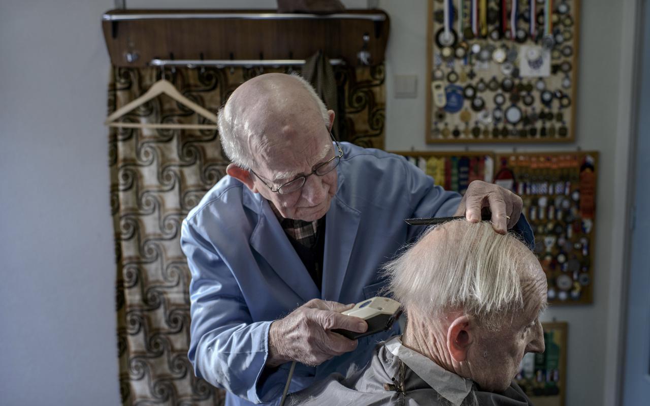 Negentig jarige kapper Wobbe Ausma werkt nog steeds maar parttime. Met zekere hand hanteert de kapper zijn gereedschap. Foto: Jan Zeeman.