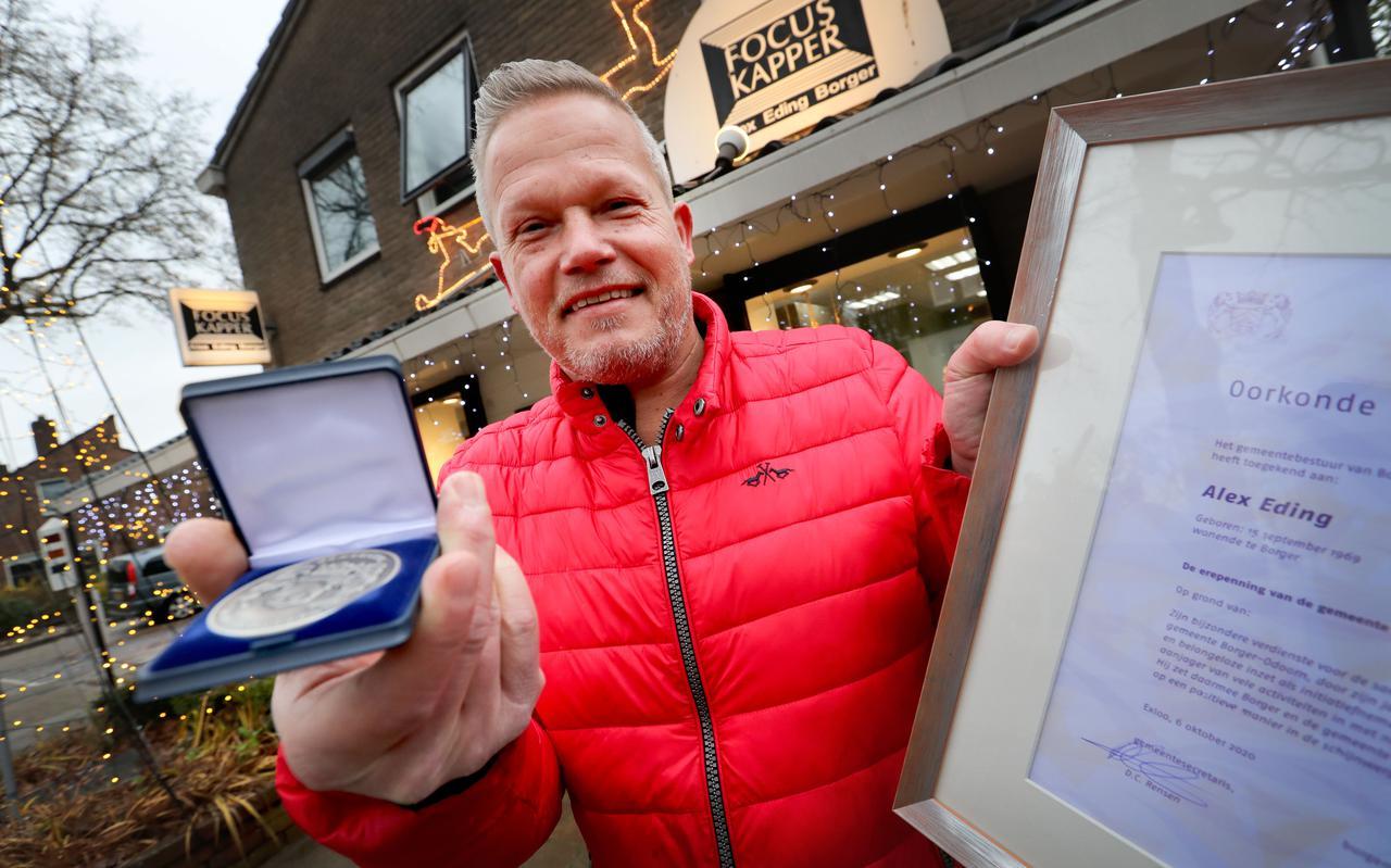 Alex Eding ontvangt de eerste erepenning van gemeente Borger-Odoorn.