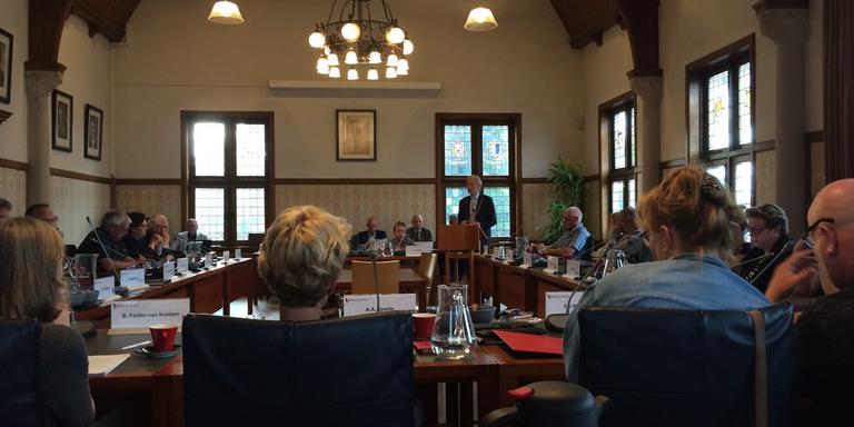 Burgemeester Swierstra spreekt de raad van Veendam toe. FOTO DVHN