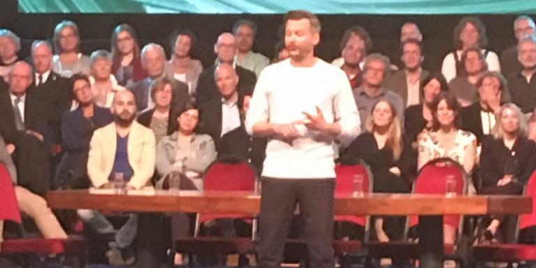 Thomas Erdbrink sprak in de stadsschouwburg. FOTO DVHN