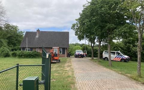 Het bewuste terrein aan de Schietbaanweg in Emmen, kort na de ontdekking van de ondergrondse hennepkwekerij.