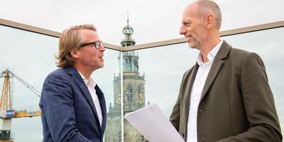 Pier Baarsma (links) en Dirk Nijdam op het dak van Forum Groningen.