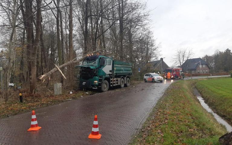 Vrachtwagenchauffer gewond na botsing tegen boom op Anreep in Assen.