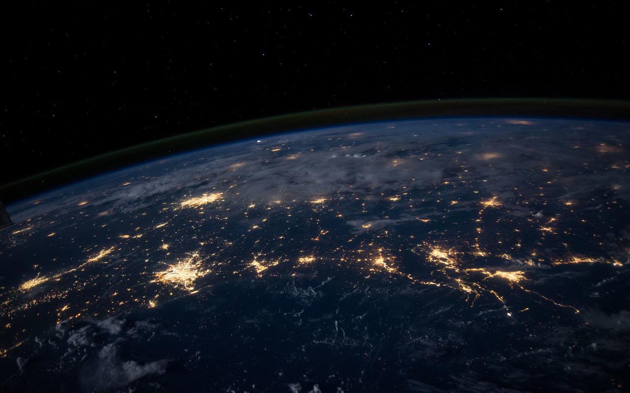 De aarde wordt door de mens fel verlicht. Foto: Pixabay