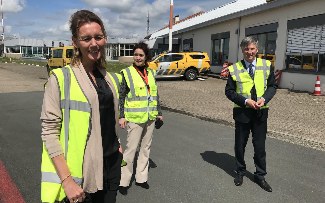 Europarlementariër Caroline Nagtegaal (VVD) links tijdens het bezoek aan GAE. Rechts gedeputeerde Cees Bijl, midden luchthavendirecteur Meiltje de Groot.