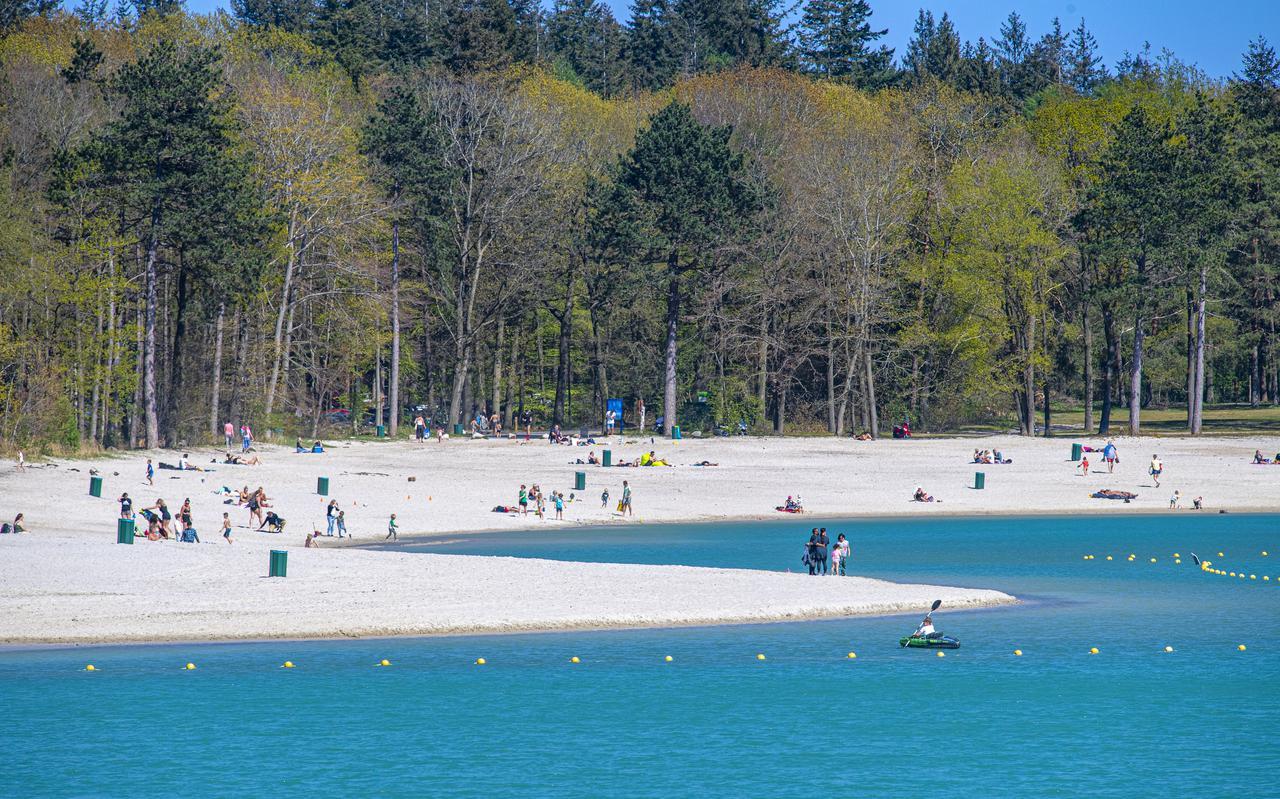 Gasselterveld: Het mooie weer trekt tientallen mensen naar het strand bij het Gasselterveld. Er is  genoeg ruimte voor iedereen. COPYRIGHT MARCEL JURIAN DE JONG