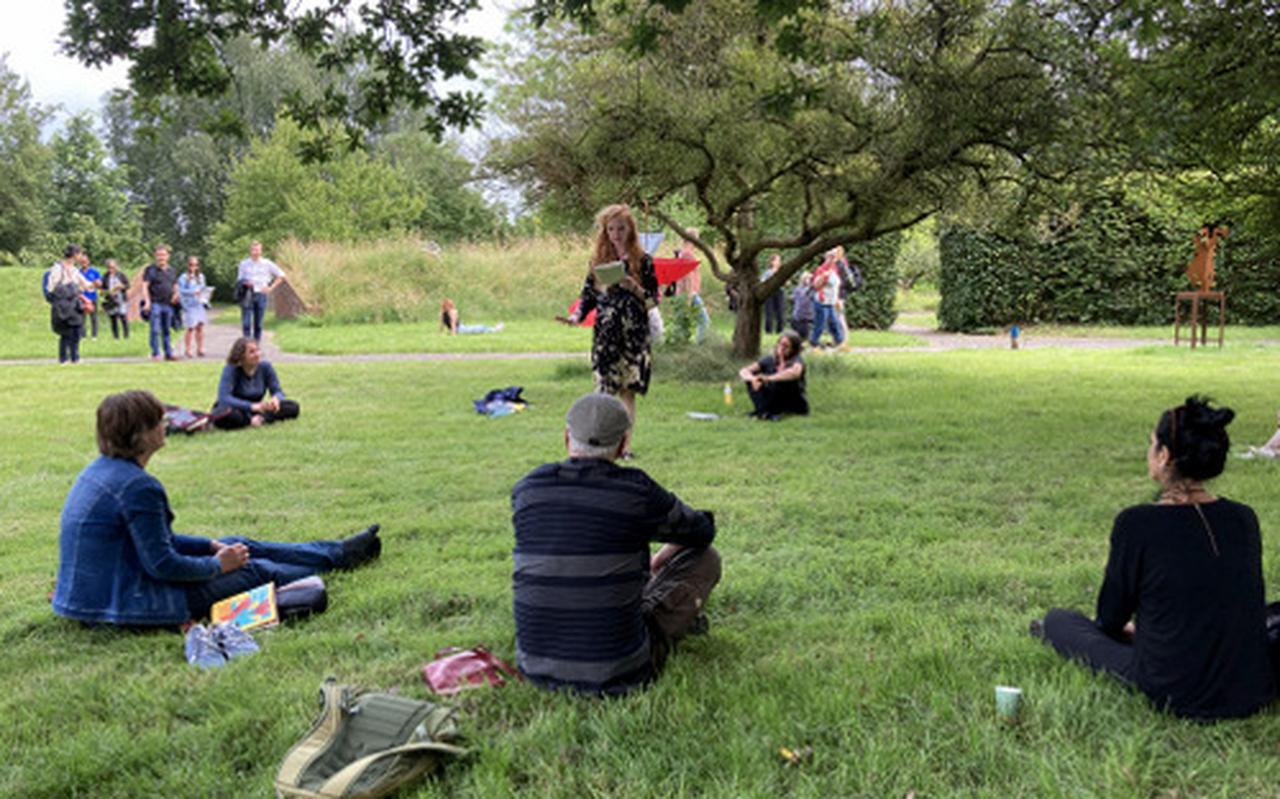De Vlaamse dichter Moya de Feyter treedt op tijdens festival Dichters uit de Prinsentuin in de Hortus Botanicus in Haren. Het meerdaagse poëziefestival vindt daar ook zondag plaats.