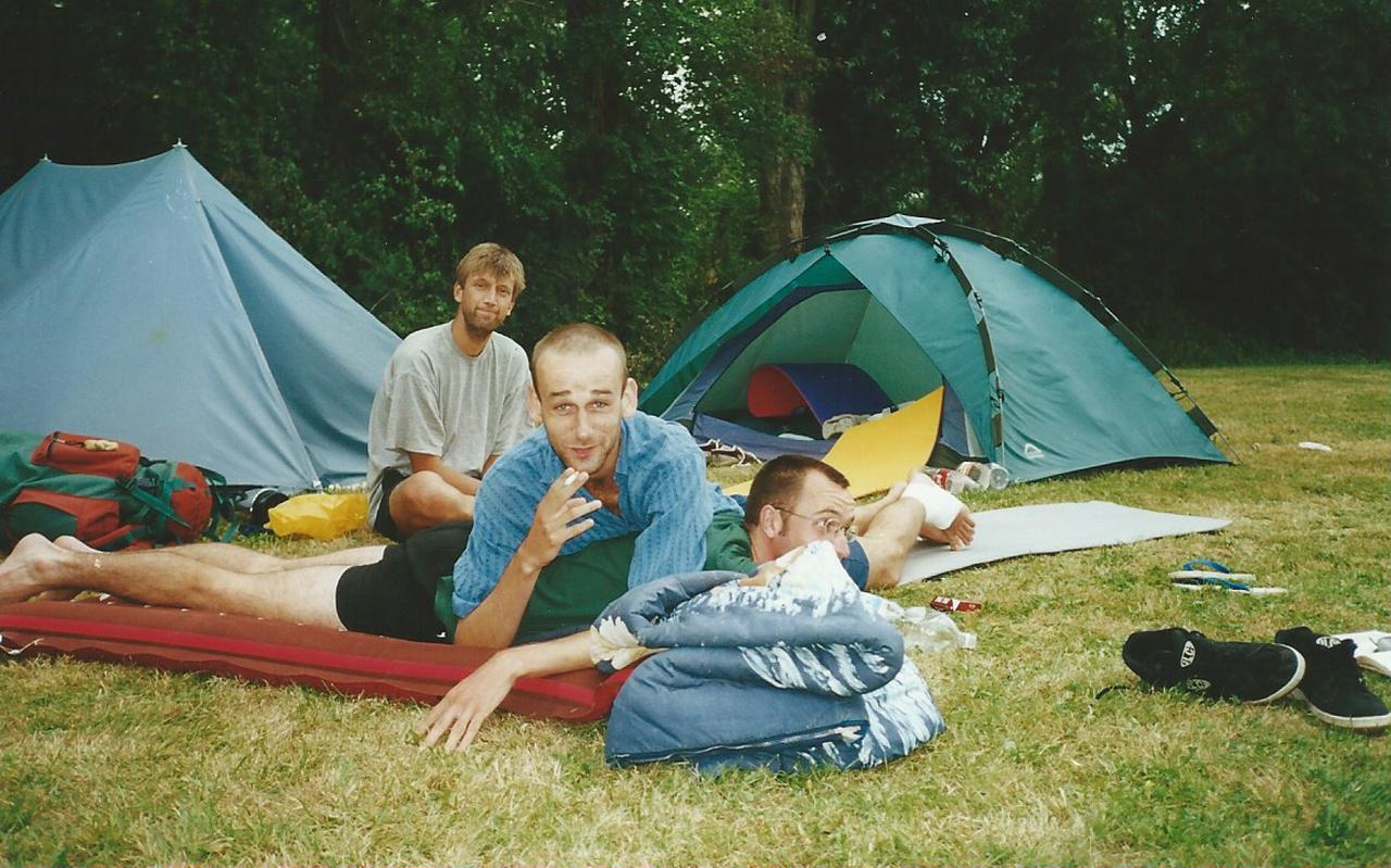 Jacco (links), Robin en Timon (onderop) op de camping.