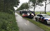 Lang stond de colonne politievoertuigen stil op de Vamweg om uiteindelijk toch massaal in actie te komen op het erf van akkerbouwer Henk Fikkert, waar de boeren naartoe waren gegaan voor de nazit.