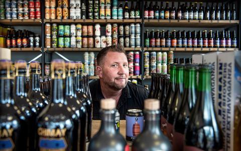 Marcel Baas in zijn nieuwe speciaalbierzaak Hop2Go aan de Vaart in Assen.