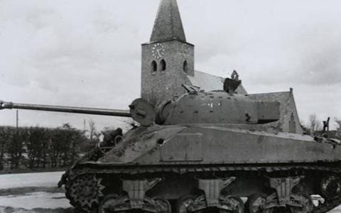 Uitgeschakelde Shermantank voor de kerk in Megchelen
