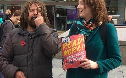 Fotoactie in Veendam voor Britse dak- en thuislozen: 'Teruggeven wat ik zelf heb ontvangen'