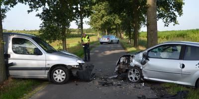 De twee auto's raakten maandagochtend met elkaar in botsing op de Westerbrink.