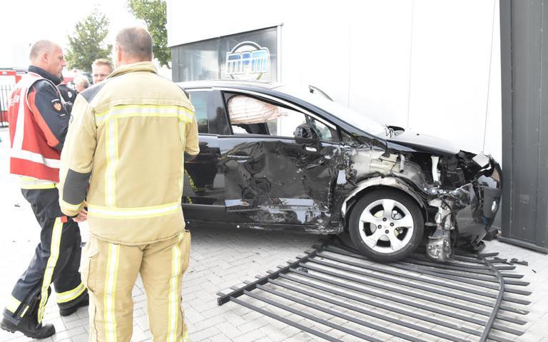 Automobilist knalt tegen bedrijfspand na botsing in Hoogeveen.