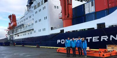 Het team van de RUG bij het expeditieschip Polarstern. Van links naar rechts: Jacqueline Stefels, Alison Webb, Maria van Leeuwe, Deborah Bozzato