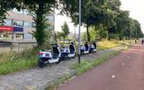 Een treintje Check-scooters op de stoep bij de Europaweg.