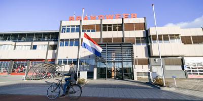 Voor de brandweerkazerne aan de Sontweg in Groningen hangt de vlag halfstok. Foto Venema Media
