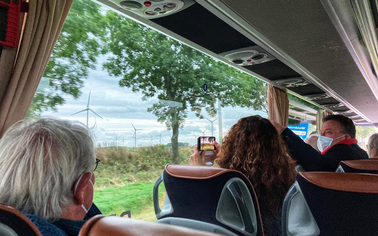 Stichting Landschap Oldambt, Stichting Oldambtwindmolenvrij en het Burgerinitiatief Zuidelijke Dorpen Delfzijl hebben de busexcursie door Oost-Groningen georganiseerd om betrokken politici met eigen ogen laten zien hoe het gebied eruitziet waar zij over beslissen. De drie clubs en verschillende dorpsbelangenverenigingen maken zich zorgen over de omvang van de windmolens, de horizonvervuiling, de slagschaduw, de grote hoeveelheid en de geluidshinder.