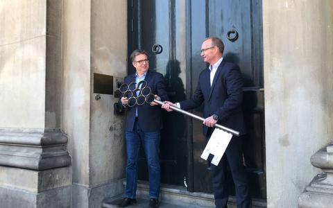 Renovatie Groningse stadhuis kan beginnen: Rottinghuis heeft de sleutels gekregen
